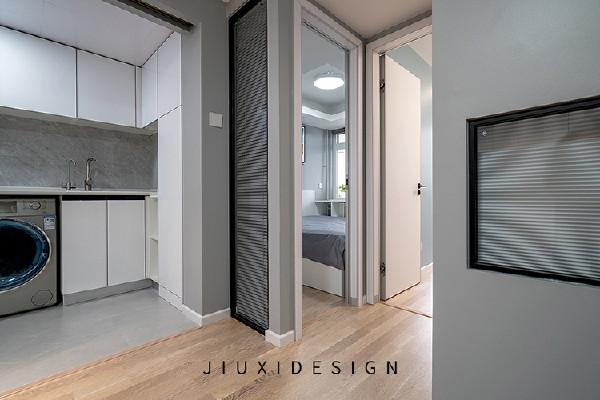 主卧与儿童房的门距离非常近,门套与踢脚线的处理也要做的精细,屋内墙角较多,动线更要做的合理。