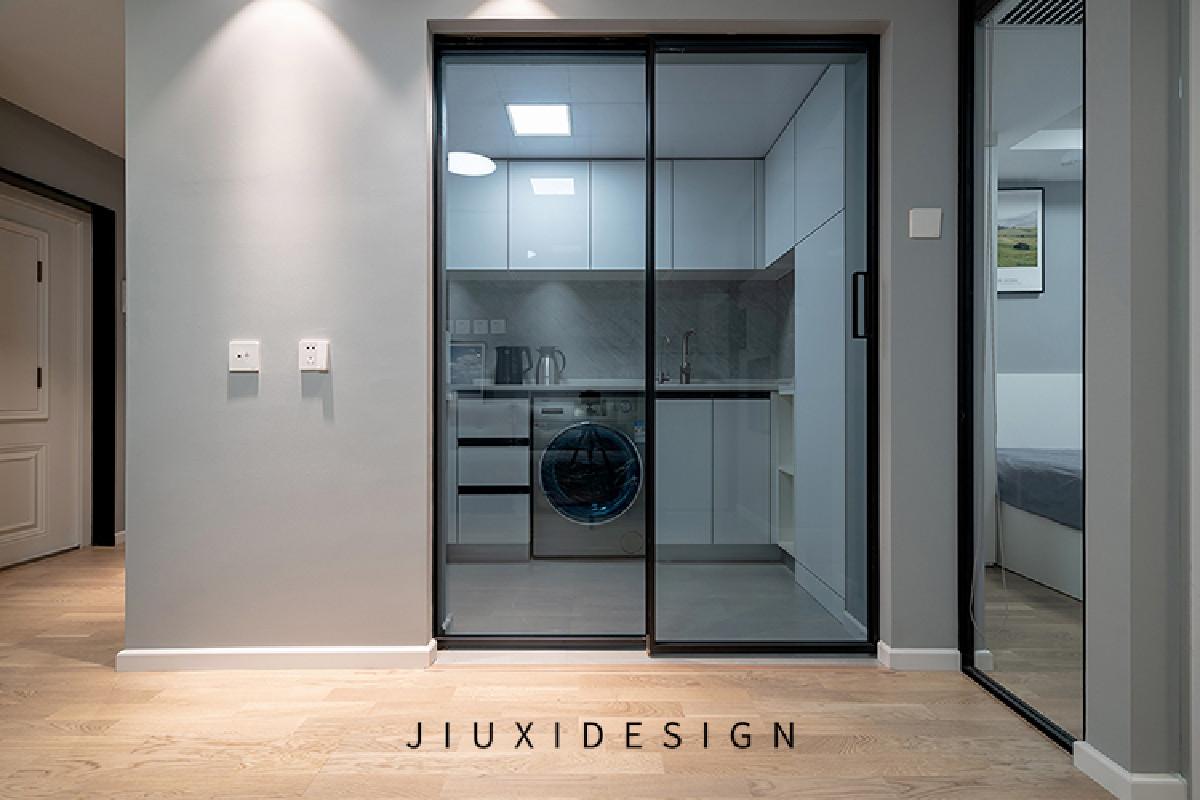 厨房的联动门平时藏在预留好的两个墙面之间的缝隙内,缝隙宽度17.5公分,墙面同时可以悬挂电视,一举两得。