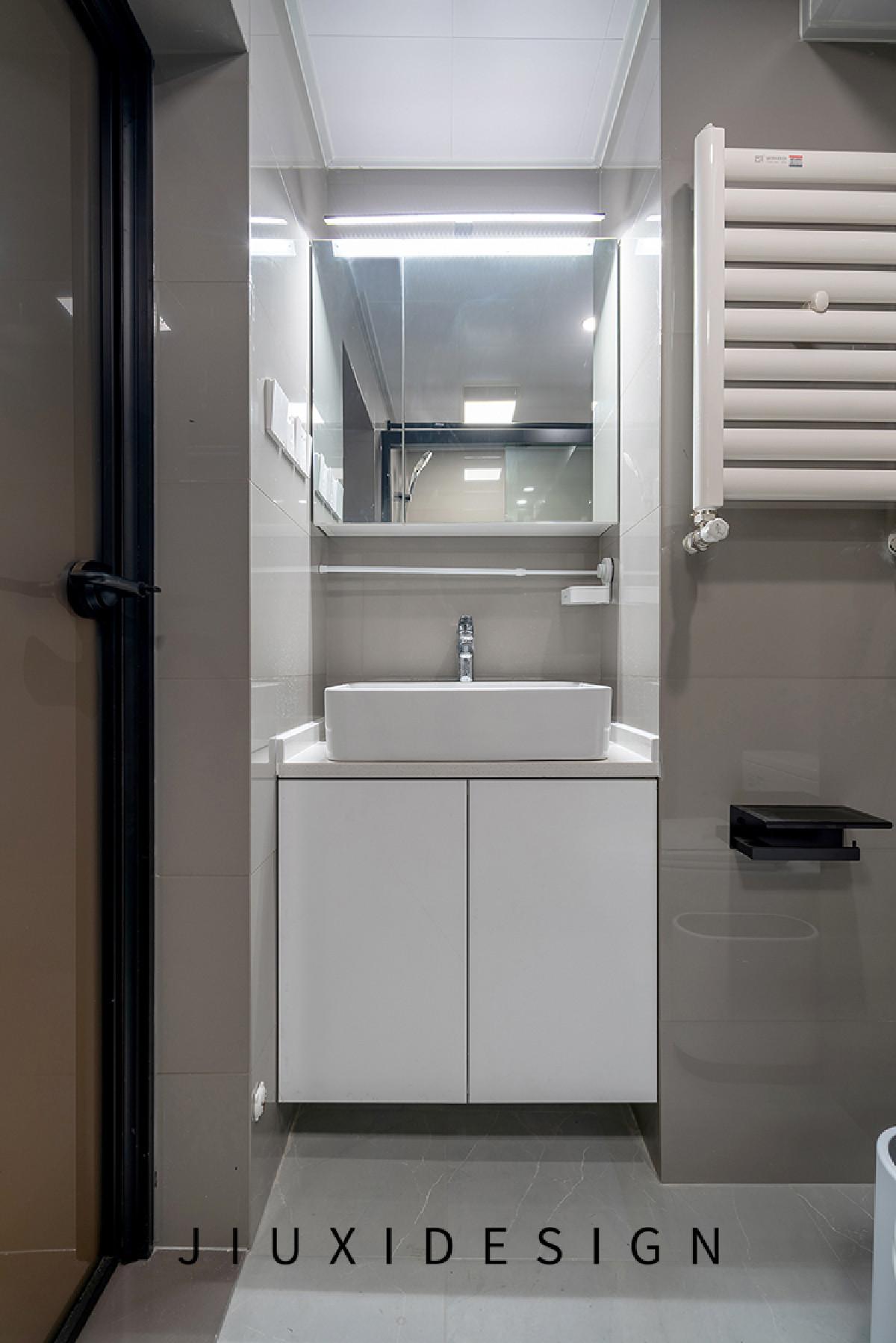 "800mm宽度的洗手台嵌入管道与墙体之间的""缝隙""中,小小的镜柜中能放置许多日常使用的化妆品,下方的洗手柜也能堆放很多杂物,明亮的镜前灯满足了照明需求。"