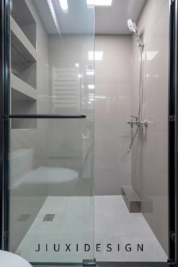 淋浴房的一侧墙利用管道做了三处壁龛,淋浴时放置物品更加便捷,将地面突出的管道包起来,不影响外观整体性。