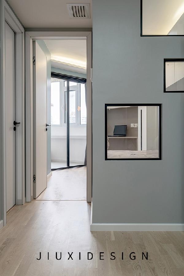 儿童房与客厅之间的窗户形状选用了3个不同大小的正方形,增添儿童房的趣味性,内侧同样使用了百叶帘增加私密性。