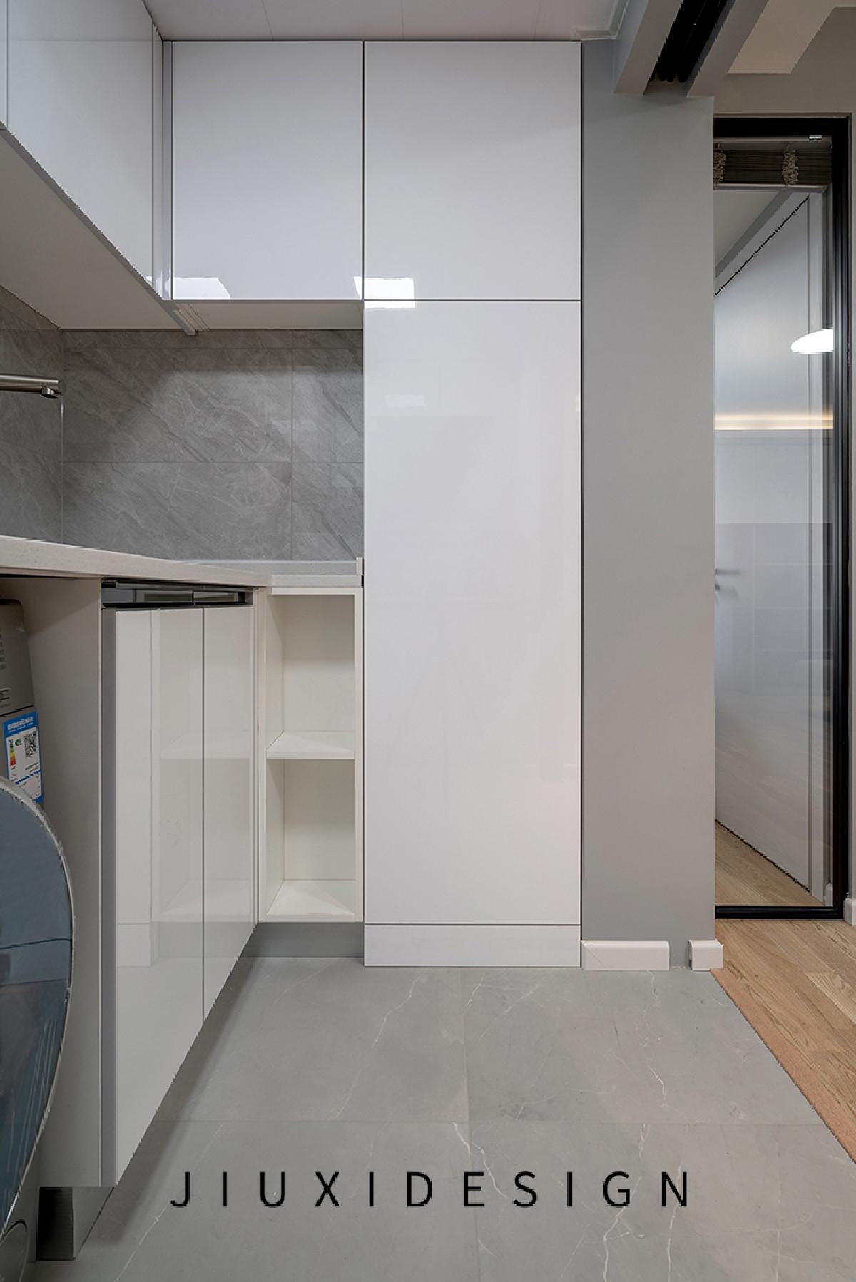 水表与燃气主管藏在橱柜内部,柜门用液压杆开关启,避免把手带来的磕碰。厨房地砖与客厅地板之间用木质扣条衔接,更加美观。