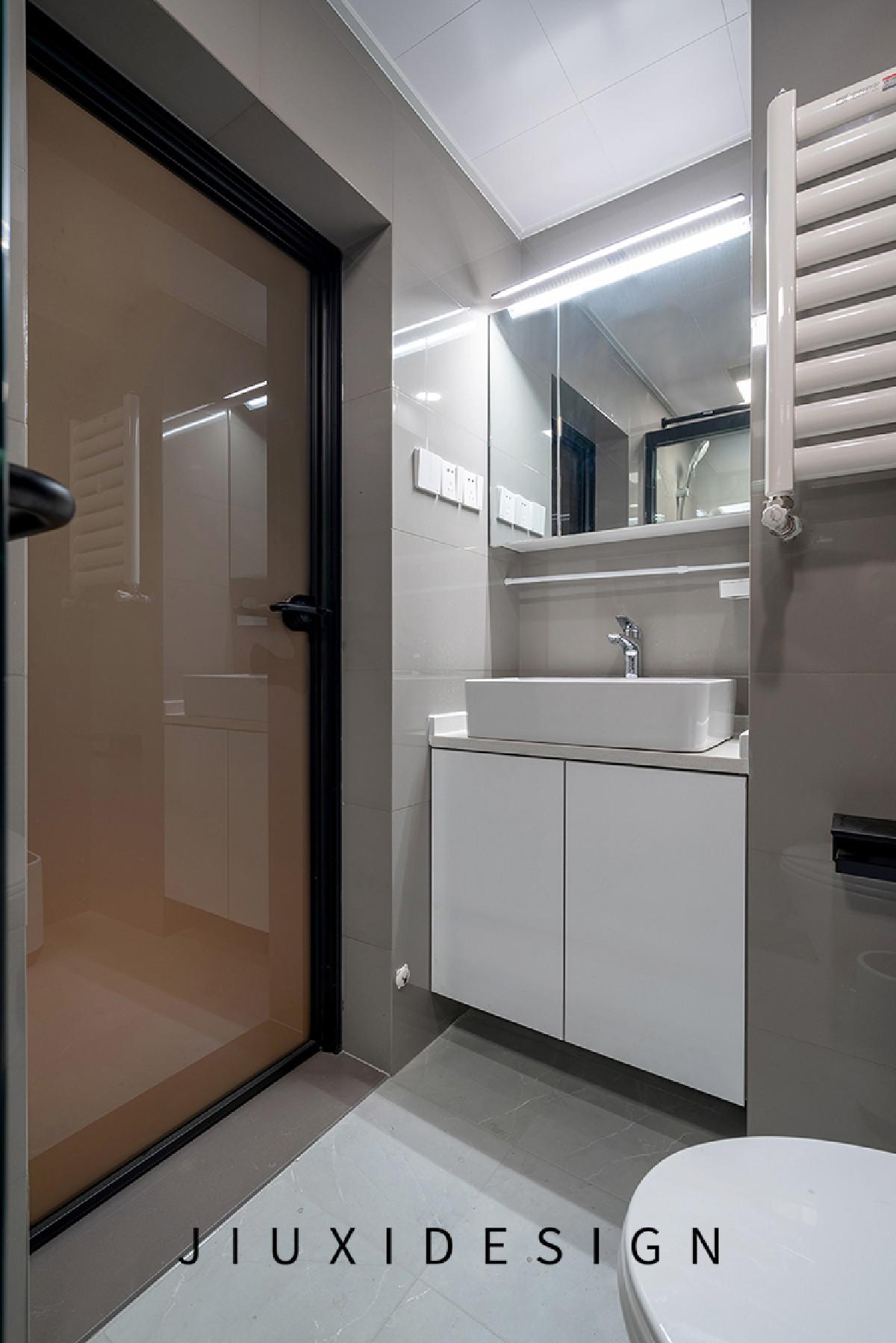 门口处的过门石可有效预防卫生间的水进入室内,门玻璃为双色玻璃,外侧为黑色,内侧为黄色。