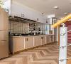 狭长的入户过道区域被设计师充分利用,巧妙的空间设置,完成厨房功能以及洗衣机规划。