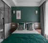 主卧室延续了客厅的橄榄绿作为床头背景色,复古又暗雅为主人入睡前带来纯粹安宁的情绪。麻柔舒服的床靠背和床品,让人像躺在棉花里,一切都为安然入睡做好了准备。